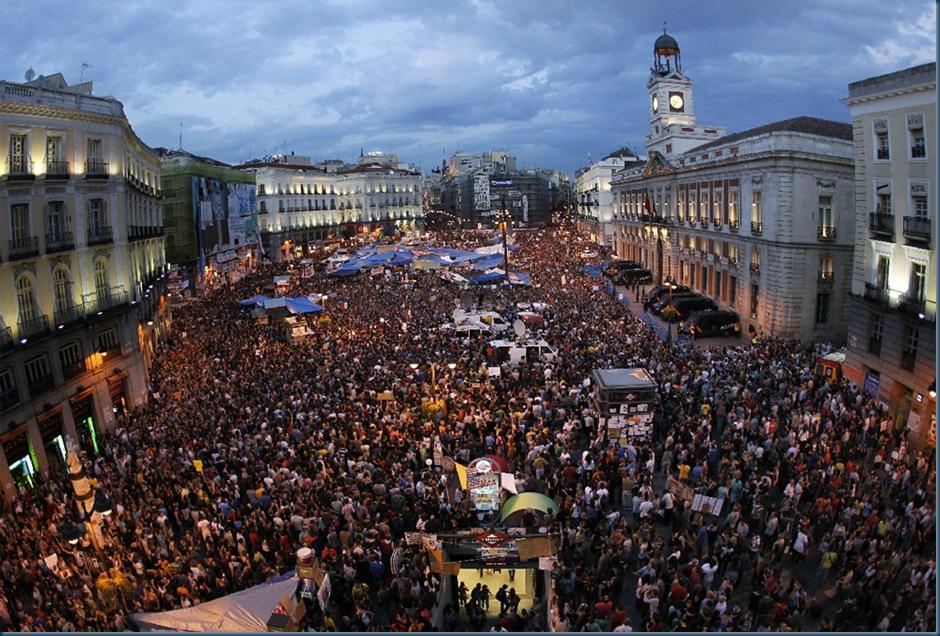 Puerta_Sol_Madrid_abarrotada_gente